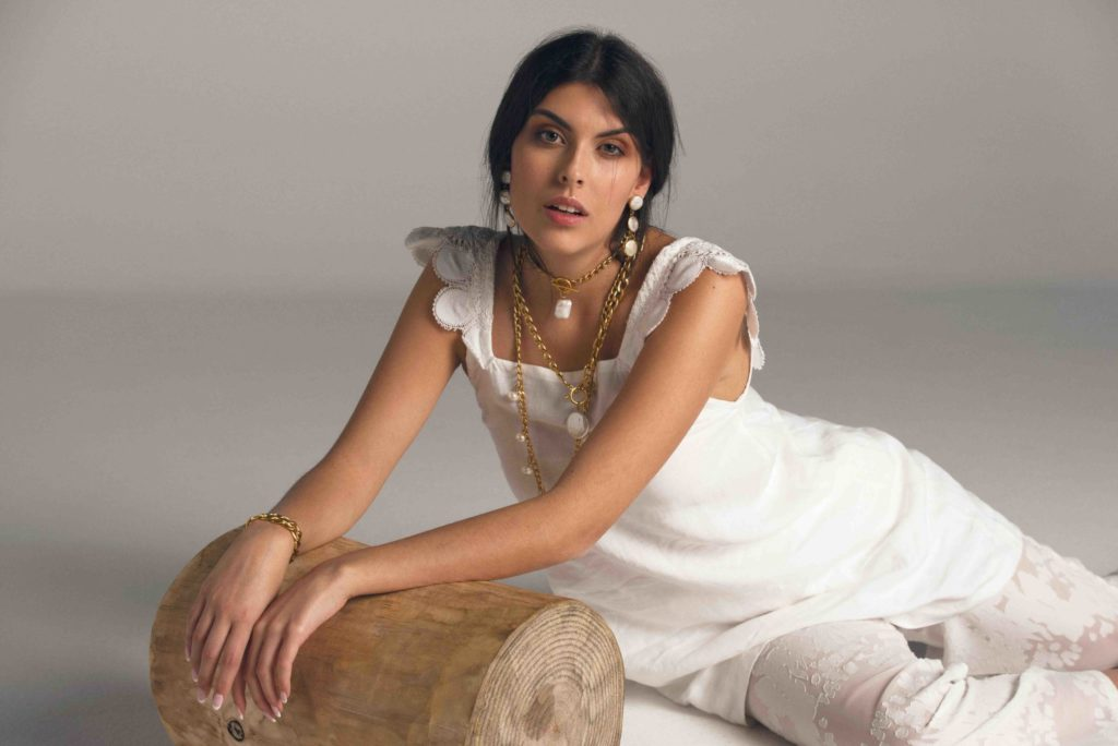Editorial moda blanco joyas