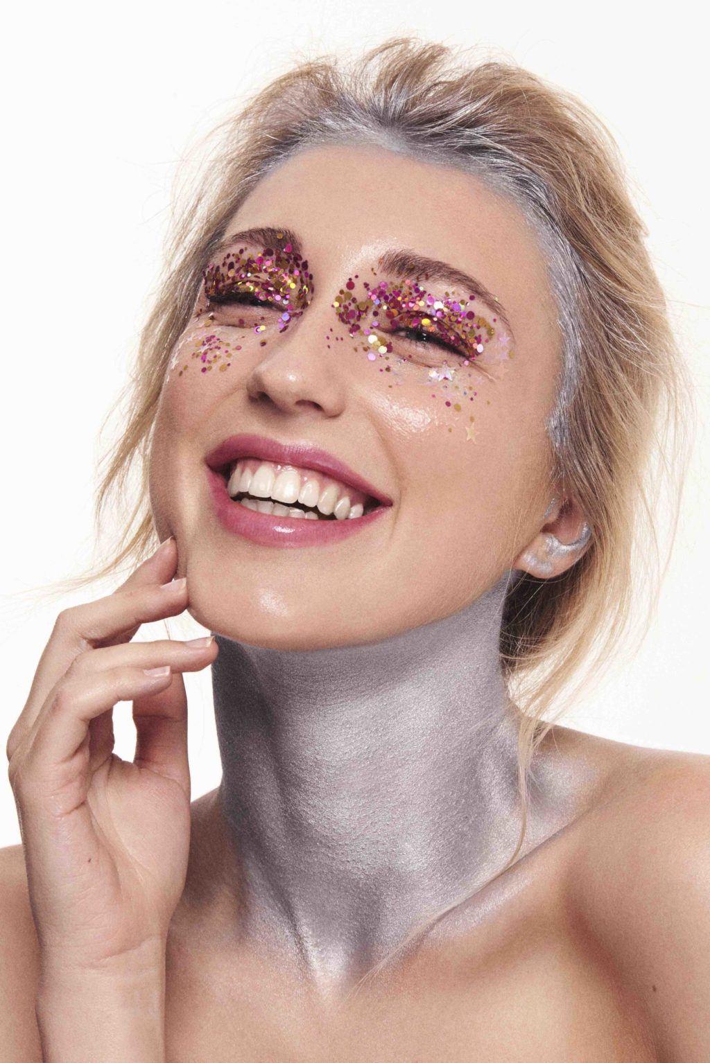 maquillaje fiesta alegre modelo rubia